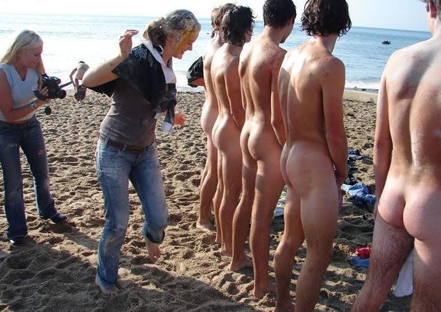 Une femme donne la fess�e � des hommes (plage)