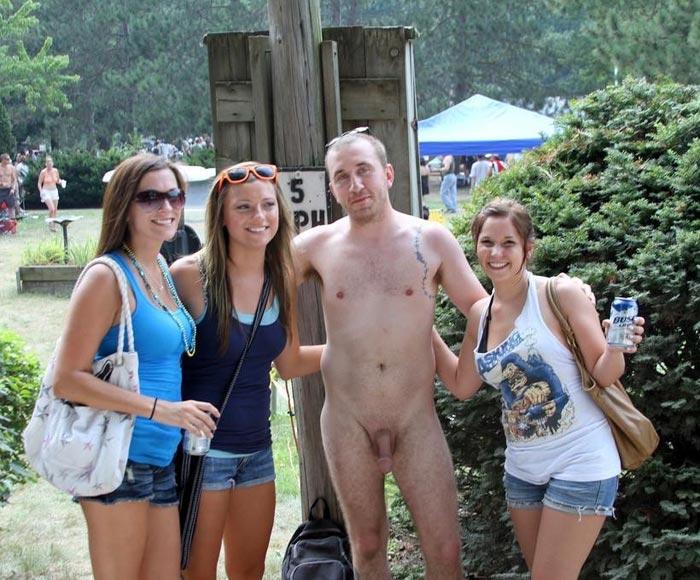 Nu dans le parc avec 3 jolies filles